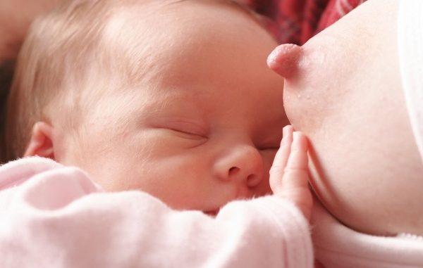 Come stimolare neonato a succhiare