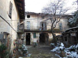 Il cortile interno della vecchia canonica, uno dei pochi edifici a non essere stati distrutti dal conte.