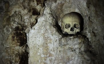Morti di peste o di cause naturali, gli abitanti del luogo osservano i visitatori dagli scaffali ricavati nella roccia.