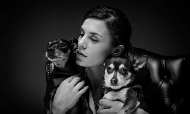 Elisabetta Canalis passeggia con cagnolini: dimentica di raccogliere i bisognini