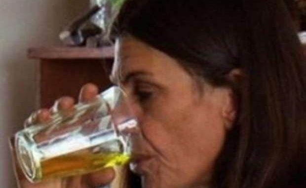 fruttariana-beve-urina-per-tenersi-in-forma