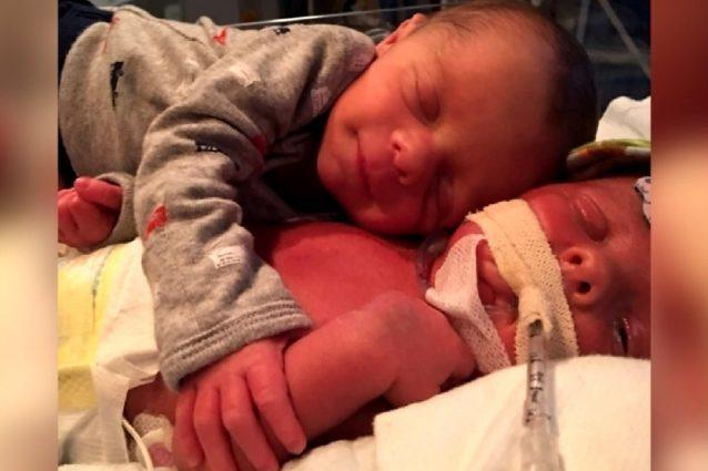 Florida, Mason abbraccia il gemellino che sta male per farlo addormentare