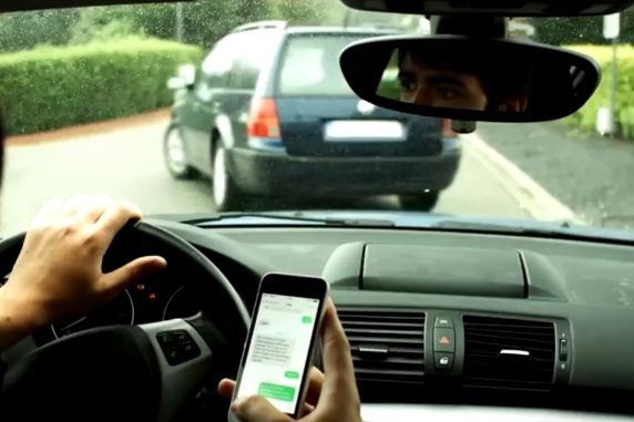 Incidenti al volante e il governo pensa di sequestrare lo smartphone a chi lo usa al volante