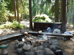 Il fuoco da campo comune dove gli ospiti possono preparare cibo, sperando di non beccare animali curiosi.