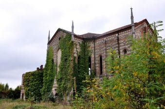 L'Oratorio di San Luigi di Merate ricoperto dalla vegetazione