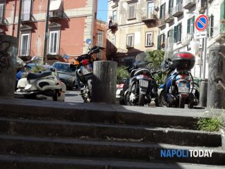 Napoli: donne camminano con scope sul motorino