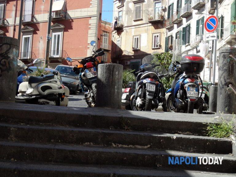 Napoli: donne camminano con scope sul motorino