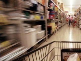 Recanati, 60enne ruba nel supermercato per mangiare: i carabinieri le offrono il pranzo