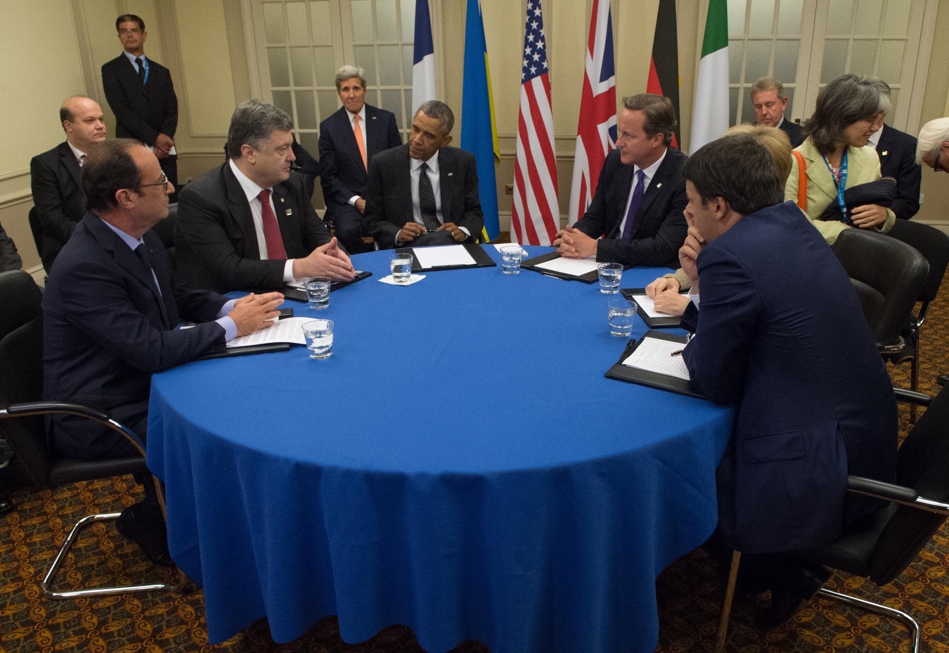 Summit G20: Renzi cade cercando di ributtare in mare un pesce