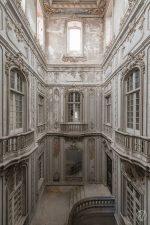 Palazzo con balconate e scale