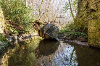 Vecchia barca abbandonata in un lago