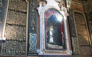 L'Ossario di San Bernardino, col suo ambiente gelido e la gente in preghiera, è un posto che fa venire i brividi. Oh, e i teschi. Non dimentichiamo i teschi.