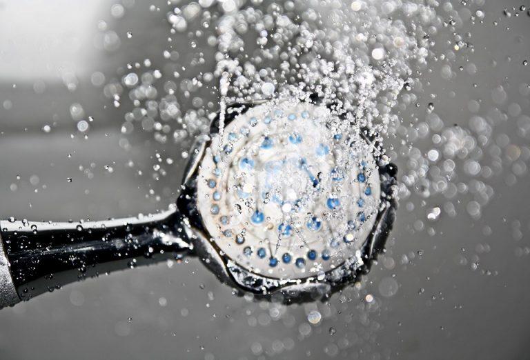 Un trucco facile e veloce per pulire il soffione della doccia