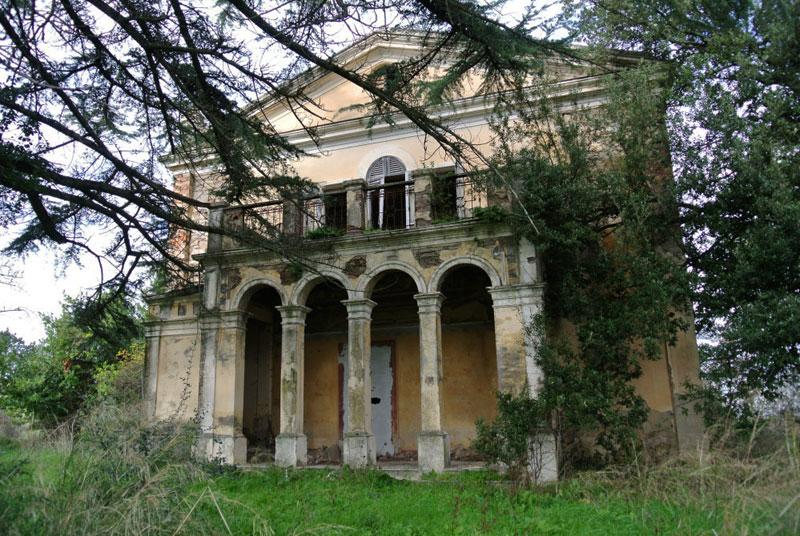 facciata colonnata Villa Pietri