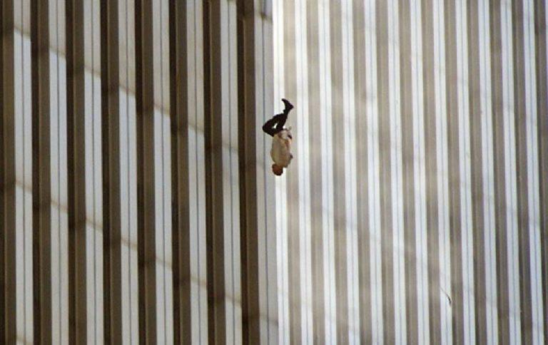 Falling Man Attentato Torri Gemelle 11 settembre 2001 foto simbolo