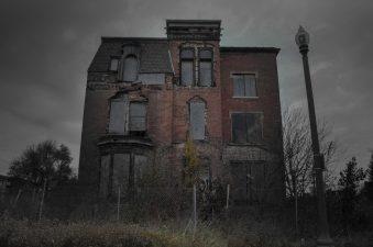 Una casa abbandonata, su questo non ci piove. Ma l'unica persona che è morta tra queste mura è morta di vecchiaia.