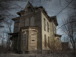 La Nova House, in cui nel '58 ci fu un omicidio-suicidio. Peccato che nessuno nel luogo ricordi che sia successa una cosa del genere, e non c'è nessun certificato di morte tra i documenti.