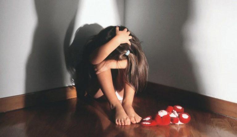 Australia: violenta figlia di 3 anni, figliastra di 9, cane e galline