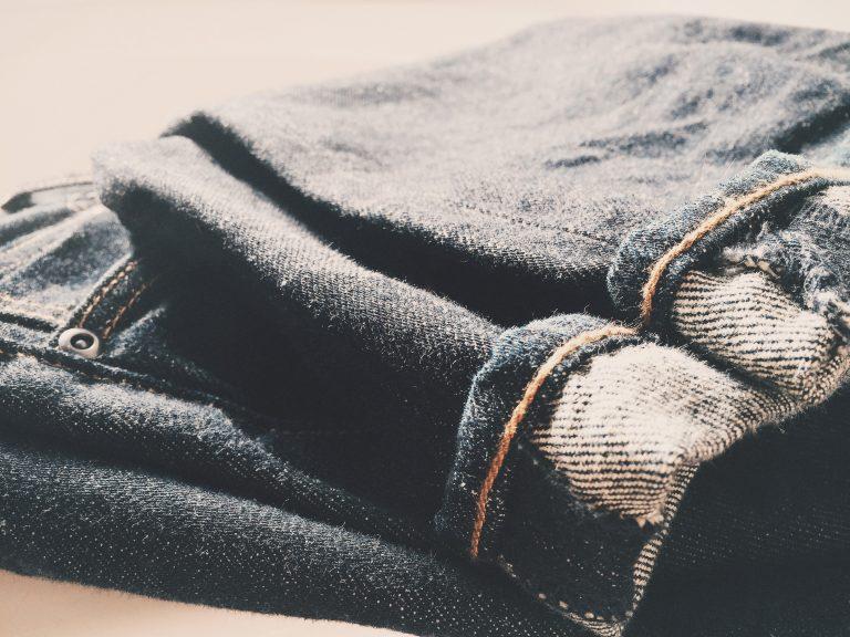 Come indossare i jeans grigi