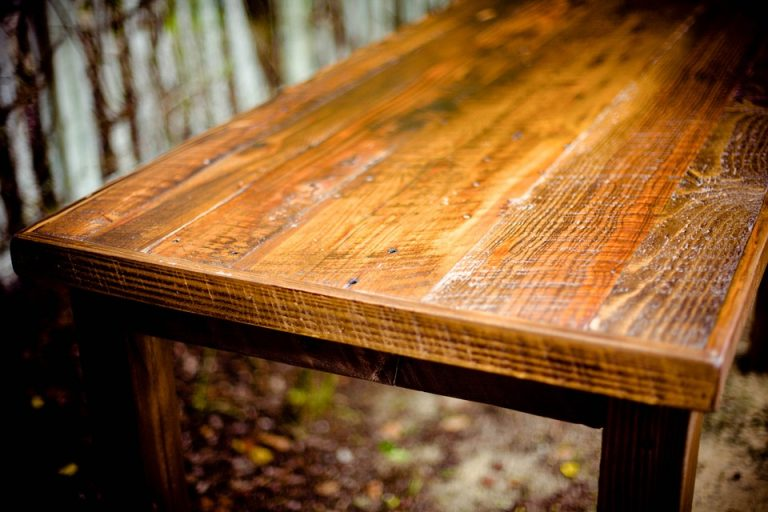 Come sverniciare e ridecorare il tavolo da pranzo