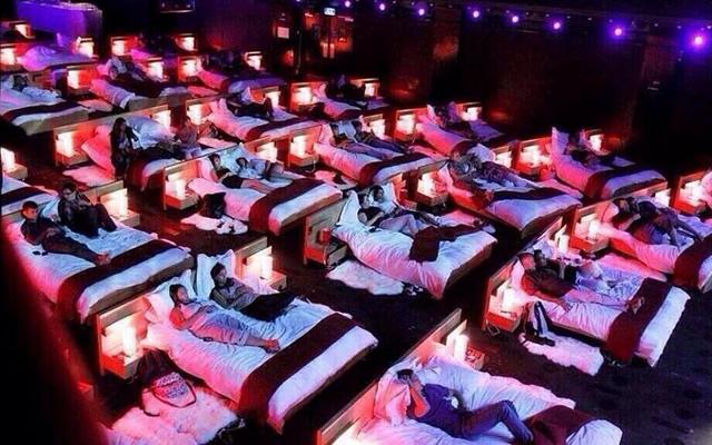 Napoli: cinema con i letti al posto delle poltroncine