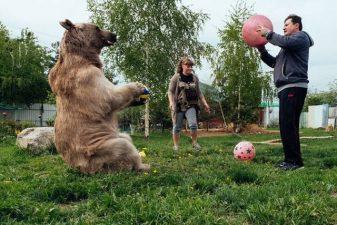 Stepan gioca a palla con Yuriy e Svetlana