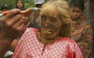 Toraja: i morti vengono riesumati e vestiti dalla popolazione