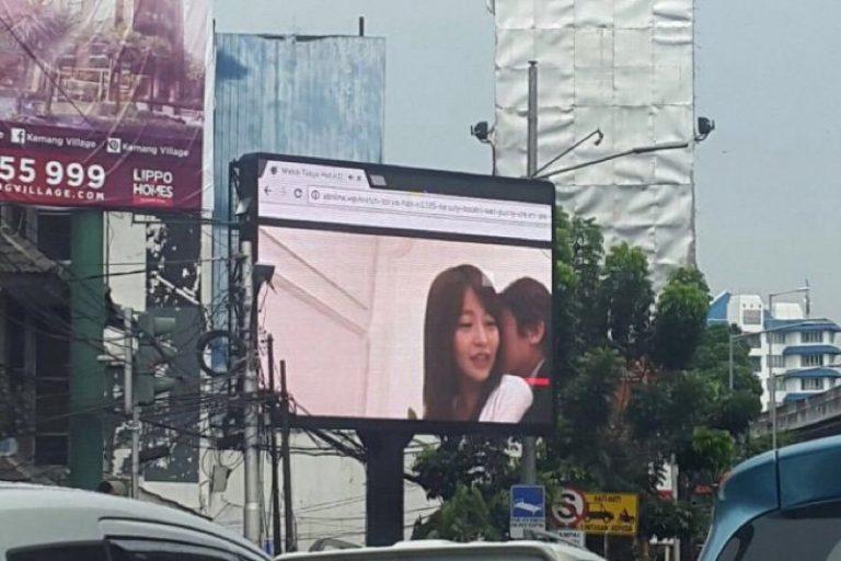 Video porno sul tabellone pubblicitario in Indonesia: traffico in tilt