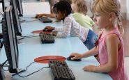 Bambina bianca e bambina nera al PC
