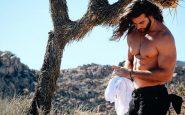 Brock accaldato a torso nudo in un'area semi desertica