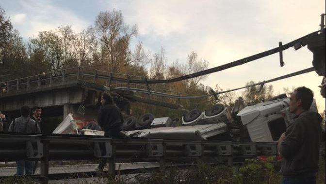 Annone, crolla cavalcavia 17 morto sessantenne di Civate