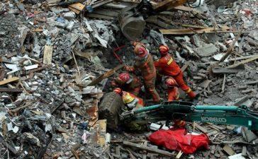 soccorritori recuperano vittime