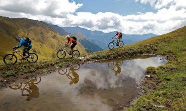 Turisti in mountain-bike sul bordo del lago