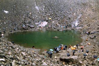 Turisti sul Lago Roopkund