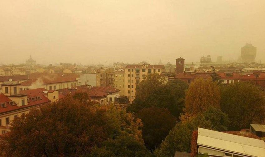 Maltempo Lombardia: a Milano il cielo diventa giallo