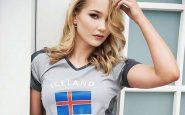 Arna posa con una maglietta dell'Islanda
