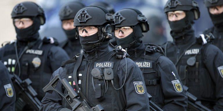 Squadre antiterrorismo in azione nelle scuole tedesche.