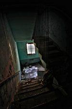 Immondizia sulla scala dell'ospedale abbandonato