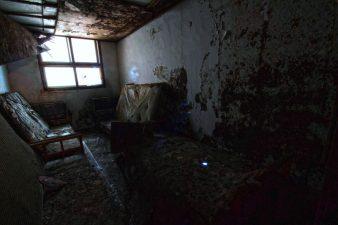 """Altra stanza in condizioni disastrose con  """"fantasma"""""""