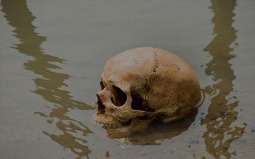 Scheletro che spunta dalle acque di un lago