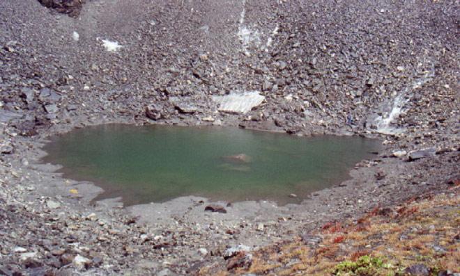 Il Lago Roopkund sull'Altopiano dell' Himalaya