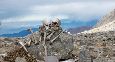 Due scheletri sulla montagna