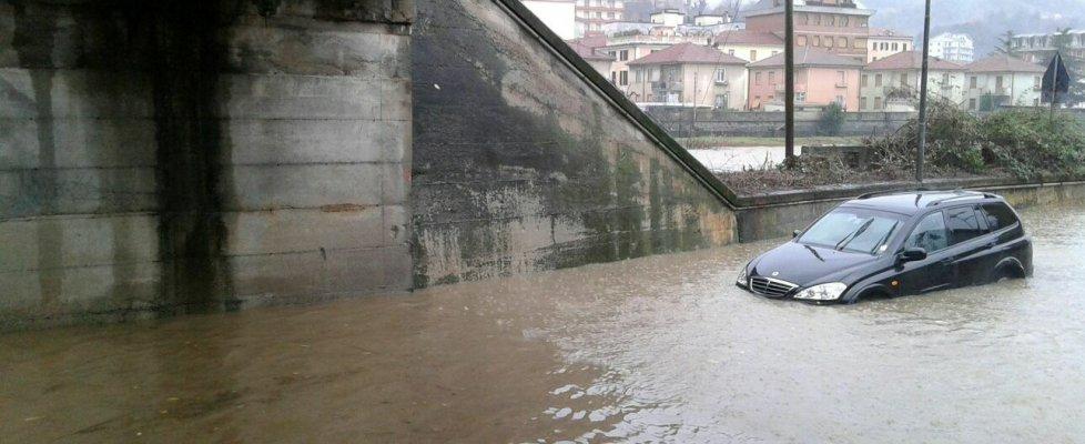 Alluvione Cuneo: veicoli finiscono nelle voragini