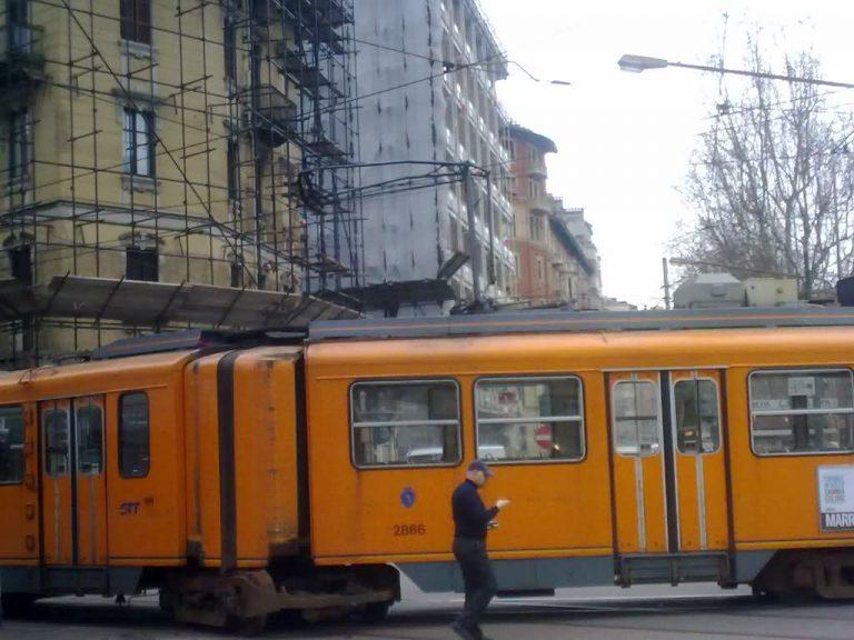 tram deraglia a londra