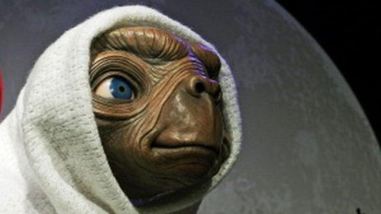 E.T l'extra-terrestre , il film di fantascienza del 1982 diretto da Steven Spielberg. E.T telefono casa!