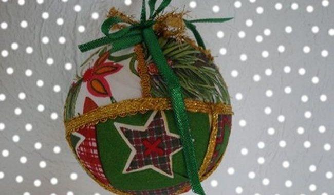 Come realizzare le palline di Natale in feltro o polistirolo