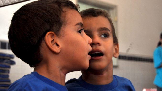 Come ridurre il comportamento aggressivo nei bambini autistici