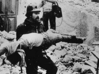 Il recupero di una vittima del terremoto in Irpinia del 23 novembre 1980.       ARCHIVIO / ANSA