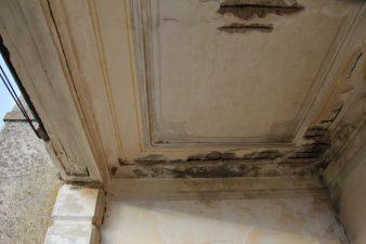 Soffitto di una sala della villa in rovina