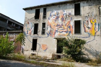 Esterno dell'ex fabbrica dipinto dai writers
